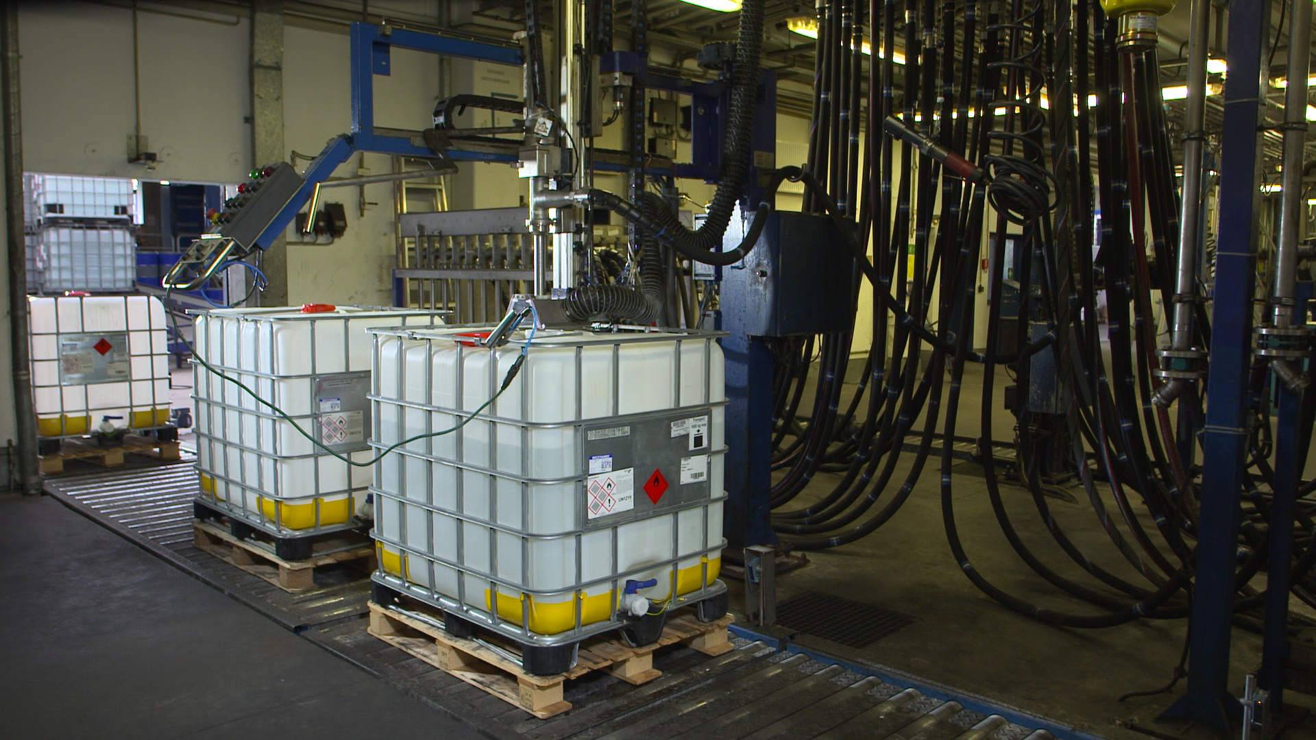 Filling of an IBC on a roller conveyor (insufficient/correct suction)