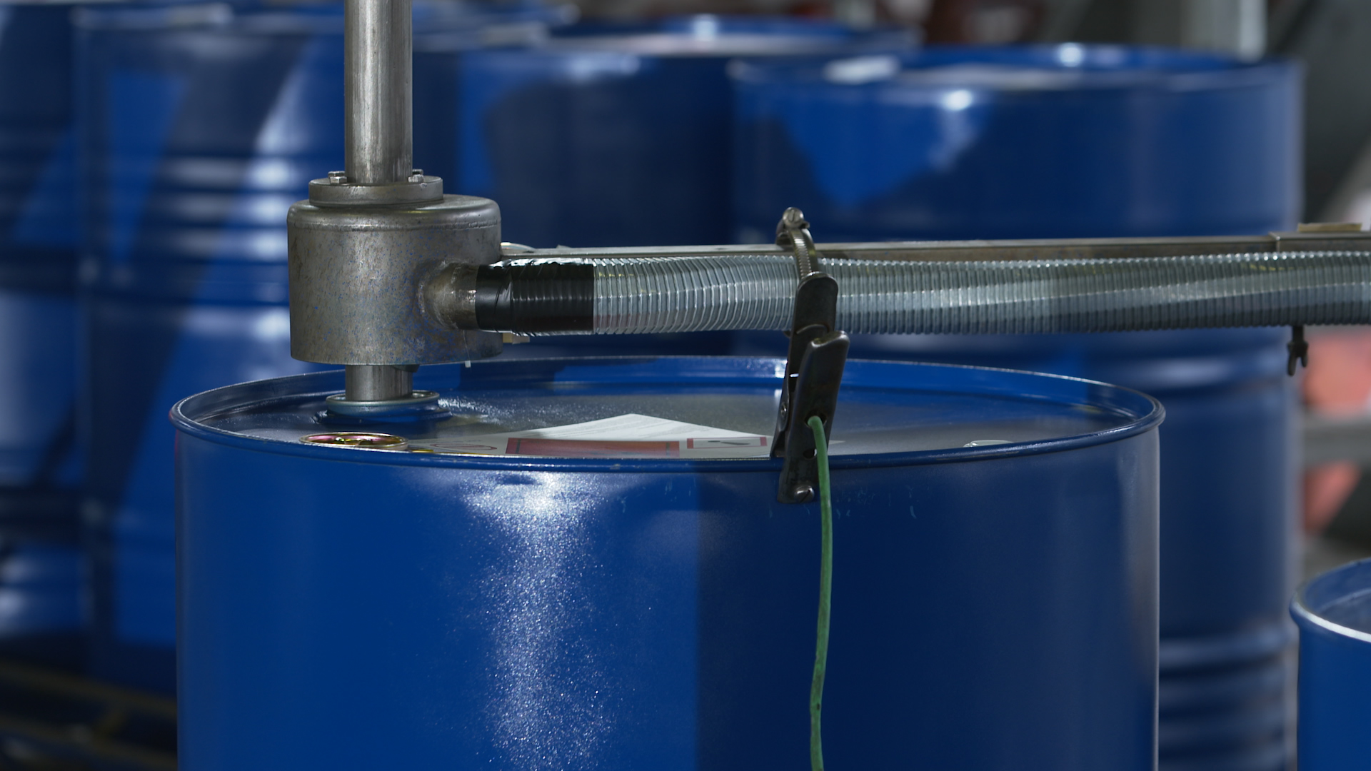 Filling of a drum on a roller conveyor (suction deactivated/activated)